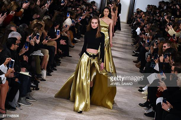 Models present creations by Ralph Lauren during the Fall 2016 New York Fashion Week on February 18 in New York / AFP / Jewel Samad
