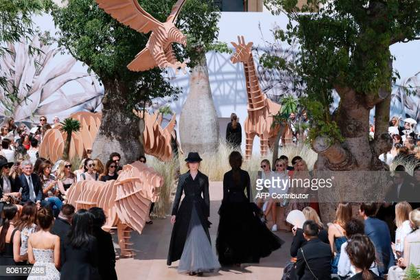 Models present creations for Christian Dior during the 2017 fall/winter Haute Couture collection in Paris on July 3 2017 / AFP PHOTO / FRANCOIS...