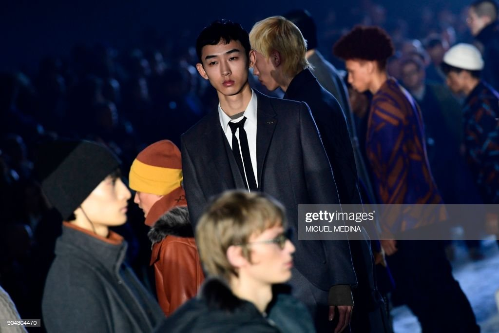 Models present creations for fashion house Ermenegildo Zegna during the Men's Fall/Winter 2019 fashion shows in Milan, on January 12, 2018. / AFP PHOTO / Miguel MEDINA