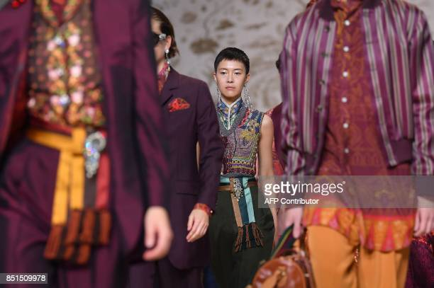 Models present creations for fashion house Etro during the Women's Spring/Summer 2018 fashion shows in Milan on September 22 2017 / AFP PHOTO / Marco...