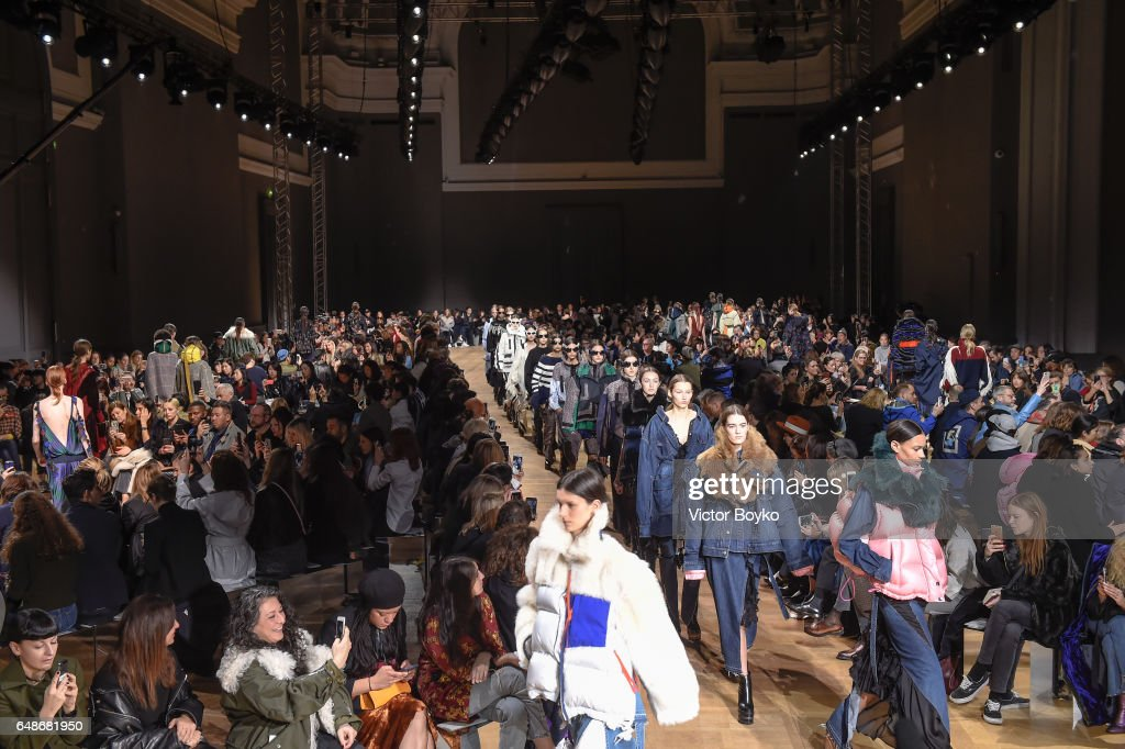 Sacai : Runway -  Paris Fashion Week Womenswear Fall/Winter 2017/2018 : News Photo