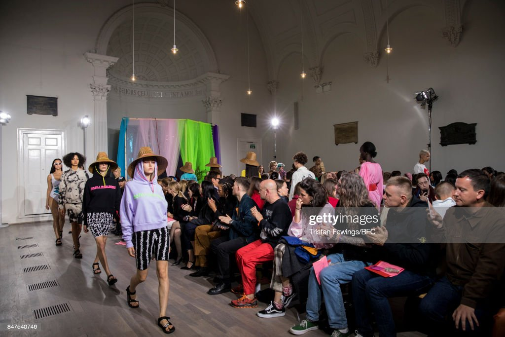 Ashley Williams - Runway - LFW September 2017 : ニュース写真