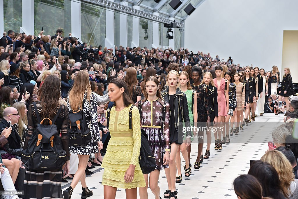 Burberry Prorsum - Runway RTW - Spring 2016 - London Fashion Week : News Photo