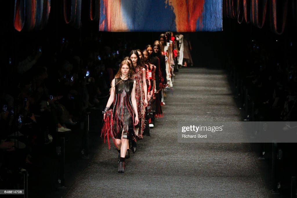 Alexander McQueen : Runway - Paris Fashion Week Womenswear Fall/Winter 2017/2018 : News Photo