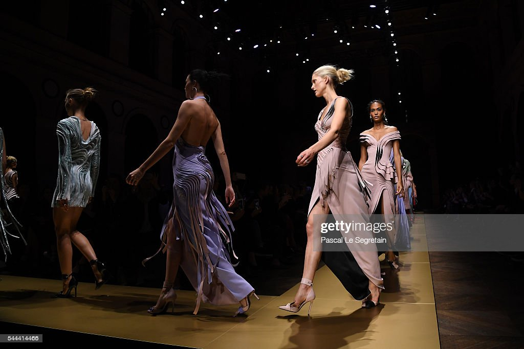 Atelier Versace : Runway - Paris Fashion Week - Haute Couture Fall/Winter 2016-2017 : News Photo