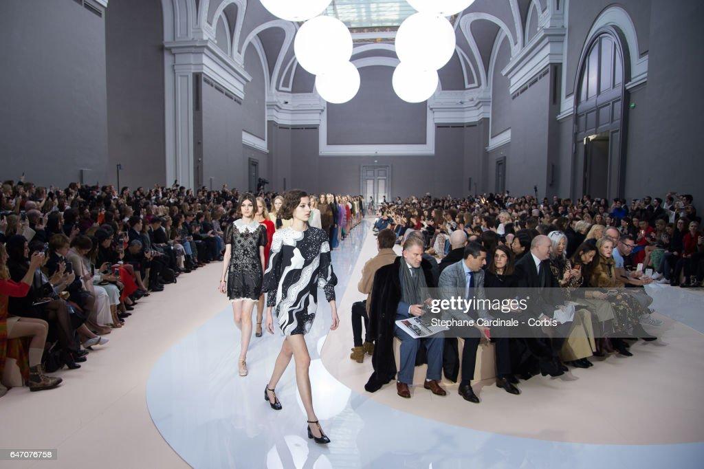 Chloe : Runway - Paris Fashion Week Womenswear Fall/Winter 2017/2018 : ニュース写真