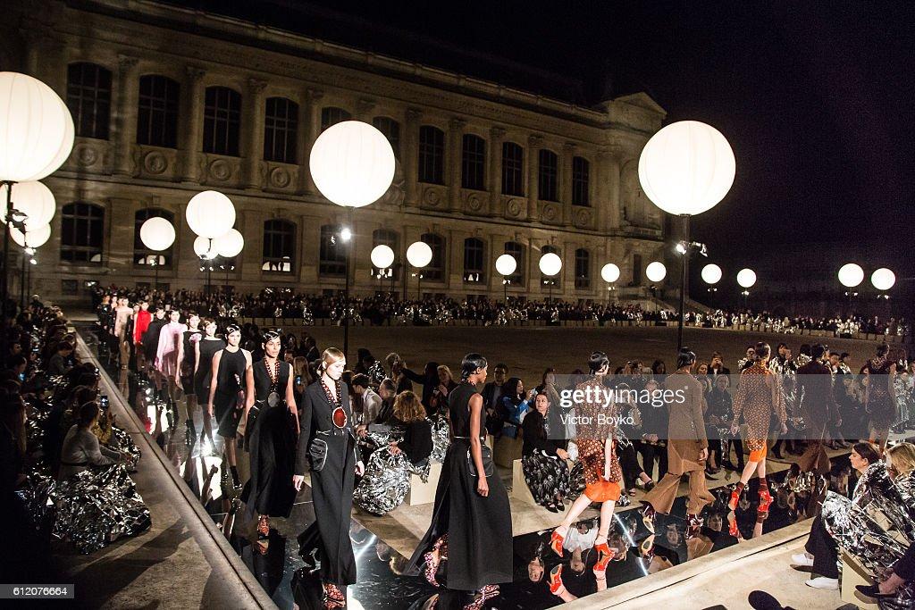Givenchy : Runway - Paris Fashion Week Womenswear Spring/Summer 2017 : News Photo