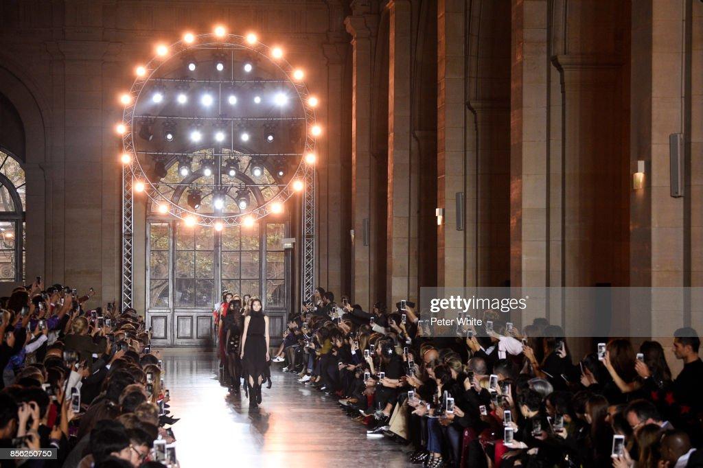 Givenchy : Runway - Paris Fashion Week Womenswear Spring/Summer 2018 : Nieuwsfoto's