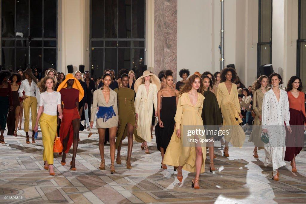 Jacquemus: Runway - Paris Fashion Week Womenswear Fall/Winter 2018/2019 : Fotografía de noticias