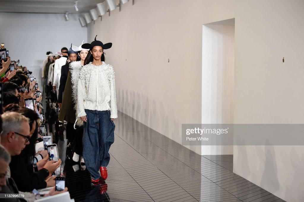 Loewe : Runway - Paris Fashion Week Womenswear Fall/Winter 2019/2020 : ニュース写真