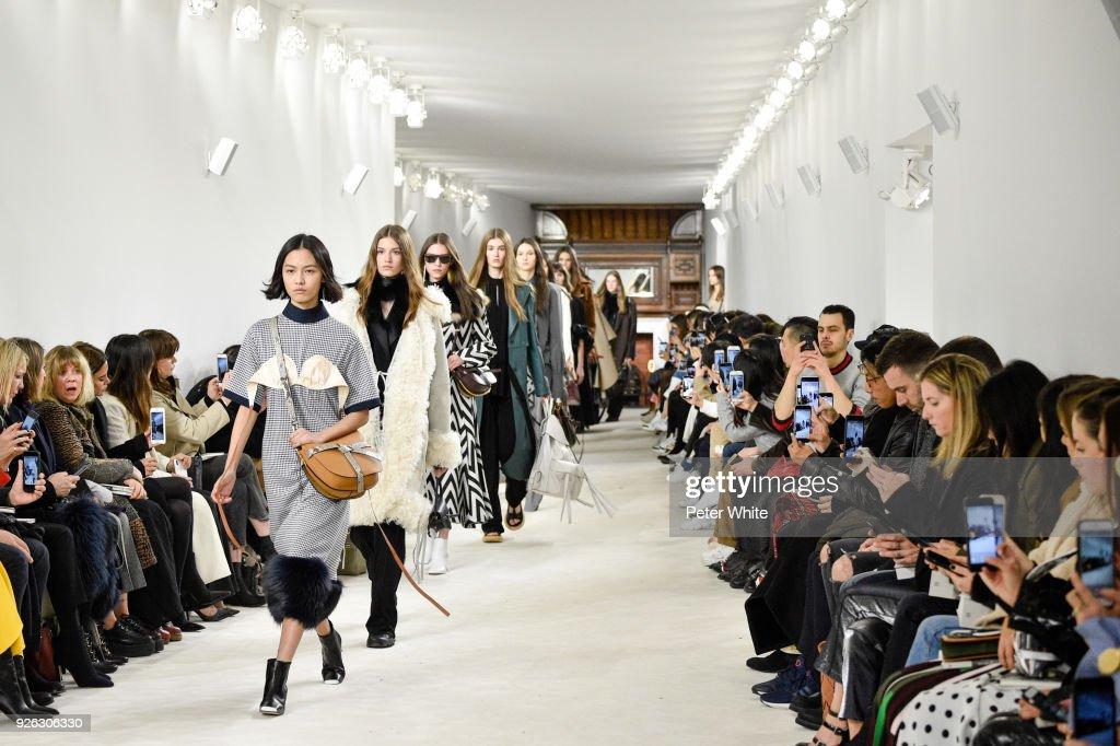 Loewe : Runway - Paris Fashion Week Womenswear Fall/Winter 2018/2019 : ニュース写真