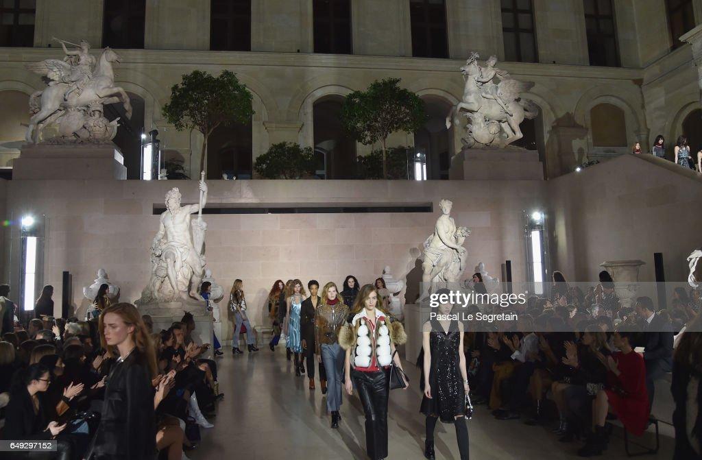 Louis Vuitton : Runway - Paris Fashion Week Womenswear Fall/Winter 2017/2018 : News Photo