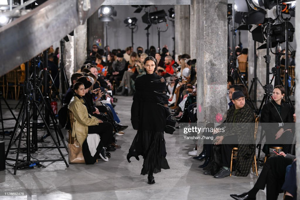 Sacai : Runway - Paris Fashion Week Womenswear Fall/Winter 2019/2020 : ニュース写真
