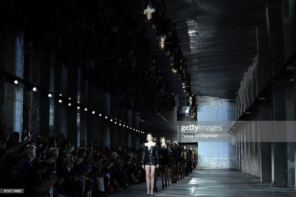 Saint Laurent : Runway - Paris Fashion Week Womenswear Spring/Summer 2017 : News Photo