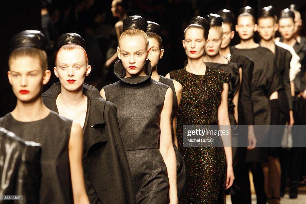 Yves Saint Lauren : Paris Fashion Week Ready-to-Wear A/W 09 : News Photo