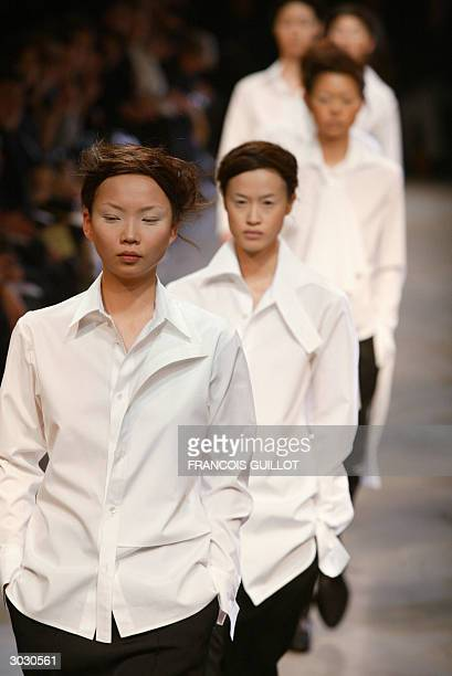 Models wear creations as part of Japanese creator Yohji Yamamoto's autumn/winter 2004-2005 women's collection, 01 March 2004 in Paris, on the first...