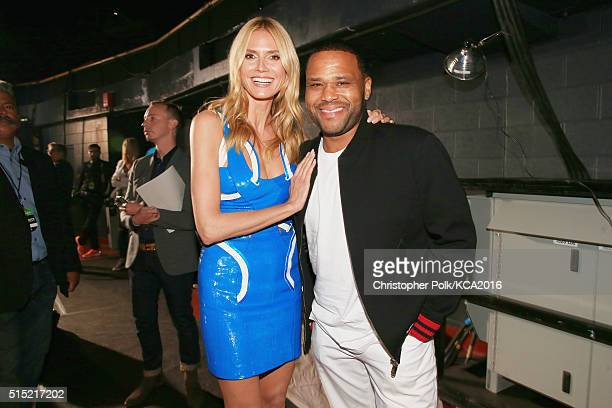 Model/TV personality Heidi Klum and actor Anthony Anderson pose backstage Nickelodeon's 2016 Kids' Choice Awards at The Forum on March 12 2016 in...