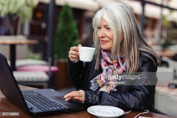 Moder woman shopping online