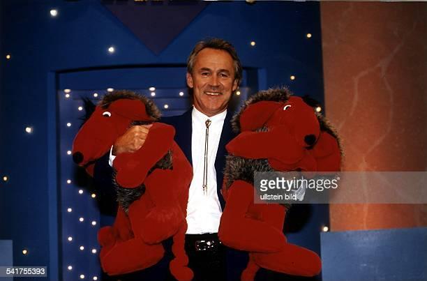 Moderator Dmit zwei Stofftieren im Arm in denKulissen seiner FernsehShow 'Geh aufsGanze' SAT 1 1996
