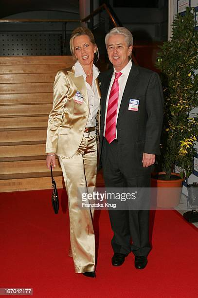 """Moderator Frank Elstner Mit Ehefrau Britta Gessler Bei Der Verleihung Des """"Deutschen Medienpreis 2005"""" Im Kongresshaus Baden Baden Am 130205 ."""