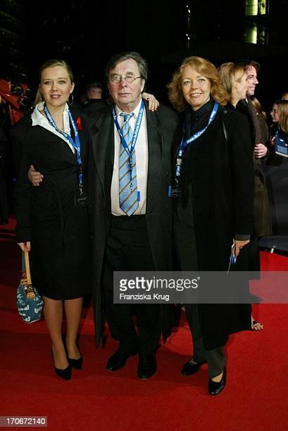 """Moderator Hellmuth Karasek Mit Ehefrau Armgard Seegers Und Tochter Laura Bei """"James Bond"""" Premiere In Berlin 201102"""