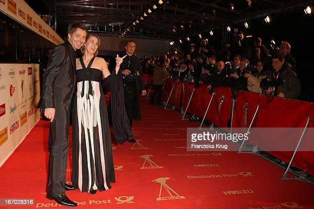 Moderator Jörg Pilawa Und Ehefrau Irina Bei Der Verleihung Der Goldenen Kamera In Berlin Am 060208