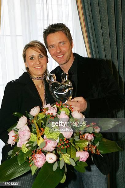 Moderator Jörg Pilawa Und Freundin Irina Opaschowski Mit Dem Preis Beim Ersten Fleurop Emotion Award 2005 Im Hamburger Übersee Club EV Am 090305