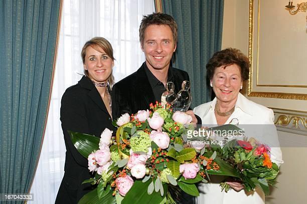 Moderator Jörg Pilawa Und Freundin Irina Opaschowski Und Mutter Inge Mit Dem Preis Beim Ersten Fleurop Emotion Award 2005 Im Hamburger Übersee Club...