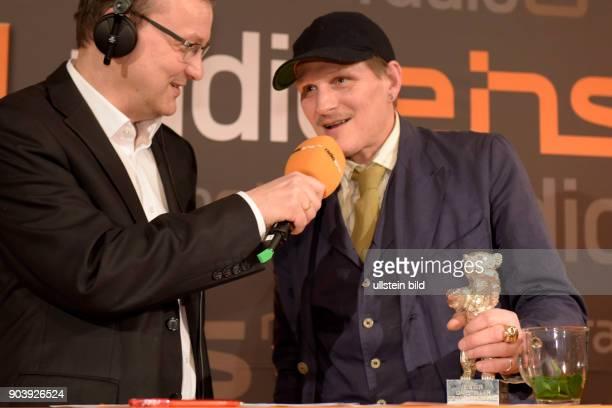Moderator Knut Elstermann und Schauspieler Georg Friedrich mit dem Silbernen Bären als Bester Darsteller in dem Film HELLE NÄCHTE zu Gast im...