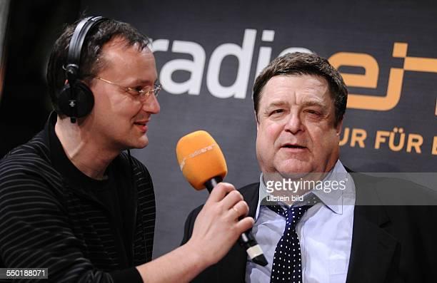 Moderator Knut Elstermann und Schauspieler John Goodman anlässlich des RadioEins Nighttalk am Rande der 59 Berlinale in Berlin