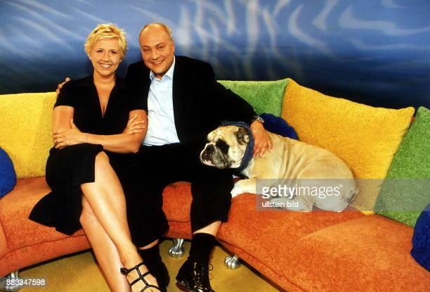 Moderator Produzent D mit Andrea Kiewel Moderatorin des Frühstücksfernsehen des Privatsender SAT1 und dem Maskottchen Helga Englische Bulldogge Juli...
