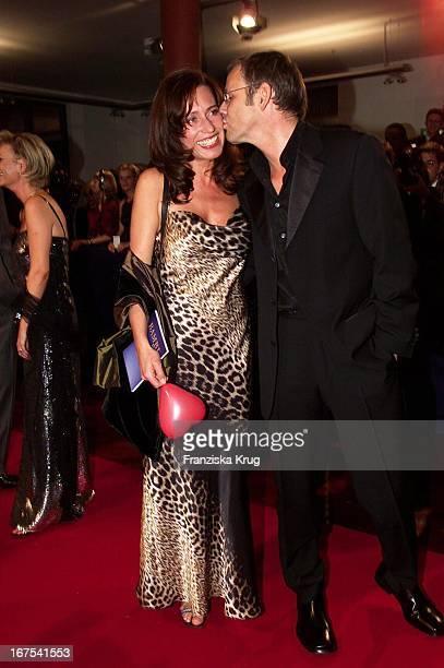 Moderator Reinhold Beckmann Mit Ehefrau Kerstin Bei Bambi2001 Verleihung In Berlin