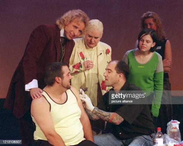 """Moderator Thomas Gottschalk und Gast Hella von Sinnen schauen während der """"Wetten, dass""""-Show am 9.12.2000 in Basel zu, wie sich ein freiwilliger..."""