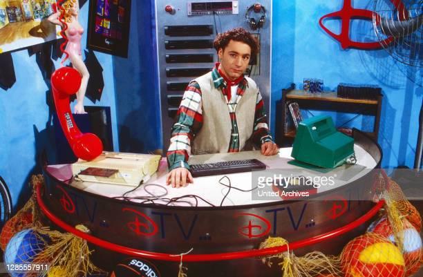Moderator Thomas Tommy Krappweis am Schreibtisch im Studio von Disney TV bei RTL in Köln, Deutschland 1994. .