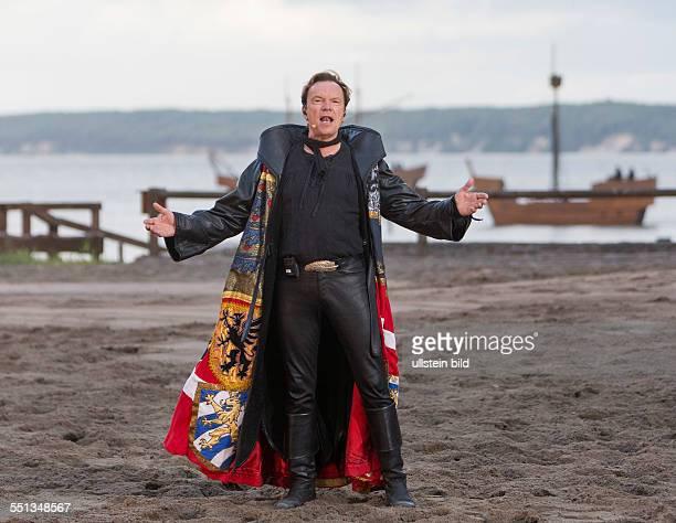 Moderator Wolfgang Lippert singt in der Rolle Balladensaenger waehrend der Premiere der Stoertebeker-Festspiele 2014 in Ralswiek. Das...