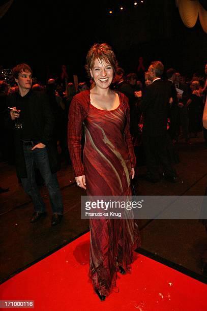 Moderatorin Andrea Ballschuh Bei Der 12. Festlichen Operngala Zugunsten Der Aids Stiftung In Der Deutschen Oper In Berlin Am 051105