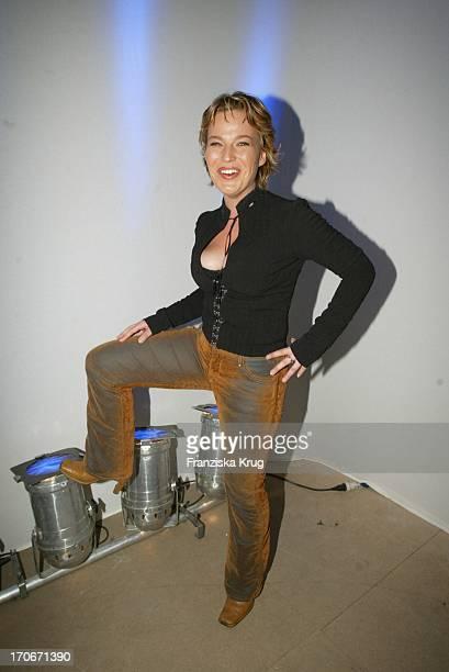 "Moderatorin Andrea Ballschuh Bei Premierenparty ""Minority Report"" In Berlin 260902"