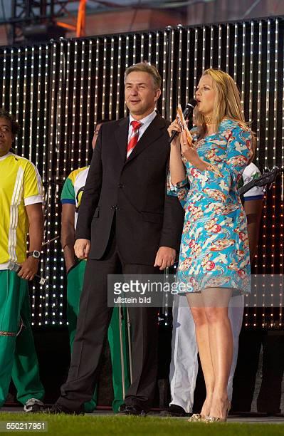 Moderatorin Barbara Schöneberger und Klaus Wowereit anlässlich der Eröffnung der FIFA Fanmeile vor dem Brandenburger Tor in Berlin