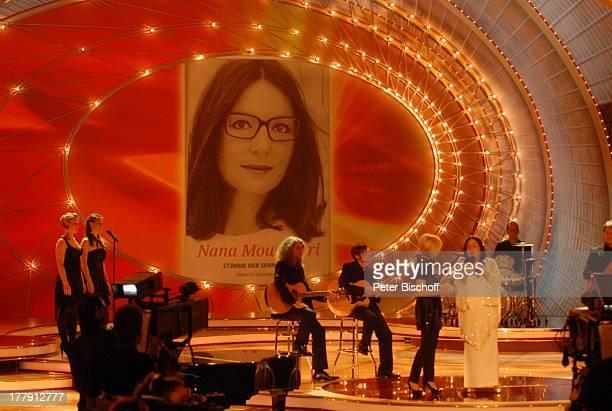"Moderatorin Carmen Nebel , Nana Mouskouri, ZDF-Show ""Willkommen bei Carmen Nebel"", Westfalenhalle, Dortmund, Nordrhein-Westfalen, Deutschland,..."