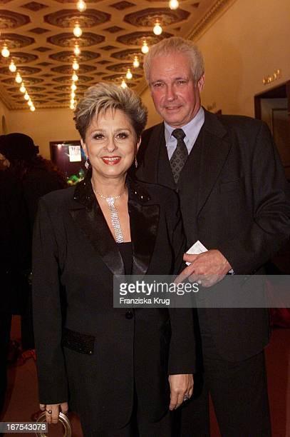 Moderatorin Dagmar Frederic Mit Neuem Freund Klaus Lenk Bei Der Verleihung Des Bz Kulturpreis 2002 Im Berliner Theater Des Westens Am 280102