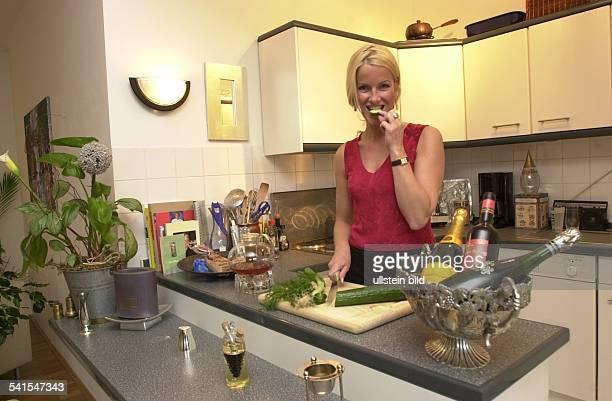 Moderatorin Dbereitet Salat in ihrer Küche