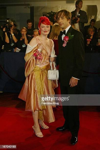 Moderatorin Enie Van De Meiklokjes Mit Einem Freund Bei Ankunft Zu Der 54 Verleihung Des Medienpreises Bambi