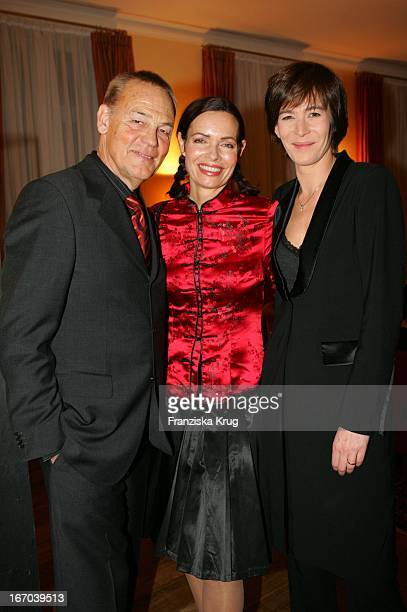 """(Moderatorin Iha Von Der Schulenburg Mit Ehemann Hieronymus Proske Und Sandra Maahn Bei Der Verleihung Des """"Couple Of The Year 2005"""" Im Hotel Louis..."""