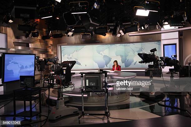 Moderatorin im Studio bei Al Dschasira Al Jazeera Fernsehsender in Doha Katar