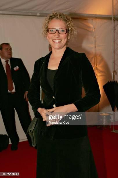 Moderatorin Julia Westlake Mit Brille Bei Der Verleihung Des Studio Hamburg Nachwuchspreis 2004 Günter Strack Preis 2004 Und Dem Talents Award 2004...