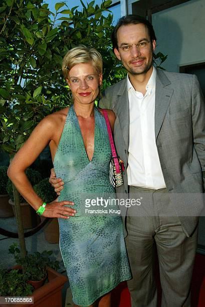 "Moderatorin Milena Preradovic + Begleitung Roman Keudel Bei ""Sport Meets Media"" Am 040603 In Der Bar Felix In Berlin"