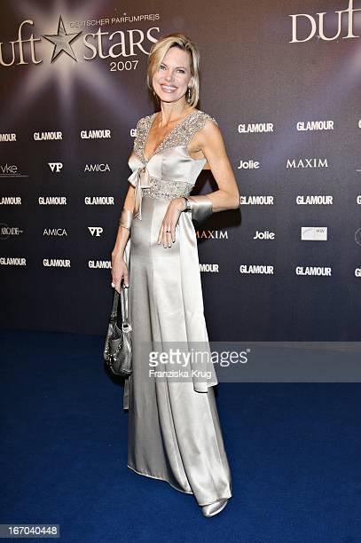 Moderatorin Nina Ruge In Einem Escada Kleid Beim Deutschen Parfümpreis Duftstars In Der Ullsteinhalle In Berlin Am 230307