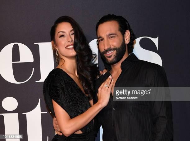 """Moderatorin Rebecca Mir und ihr Mann Profitänzer Massimo Sinató kommen zur Make-Up-Show """"Maybelline New York hot trends Xhibition"""" im Rahmen der..."""