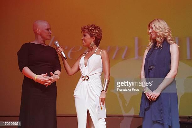 """Moderatorin Sylvie Van Der Vaart Mit Krebspatientinnen Auf Der Bühne Beim """"Dkms Life Dreamball 2010"""" Im Hotel Grand Hyatt In Berlin"""