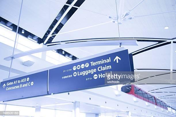 Moderne de tramway et les panneaux de l'aéroport